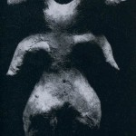 Doppelköpfige weibliche Figur aus kompaktem Ton. Spuren von ehemaliger roter und gelber Bemali Fundort: Tlatilco, Hochtal von Mexiko. Vorklassische Periode. Etwa 1300-700 v. d. Z. Höhe: 9,5 cm. Sammlung Dr. Kurt Stavenhagen, Mexiko D. F.
