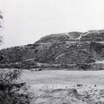 Teilansicht von Cuicuilco, dem ältesten Pyramidenunterbau im mesoamerikanischen Raum. Ein kleir Tempel aus vergänglichem Material krönte ursprünglich das Bauwerk. Cuicuilco befindet sich am Stadtrand der heutigen Hauptstadt. Der Baubeginn lag etwa bei 700 v. d. Z. Vorklassische Periode.