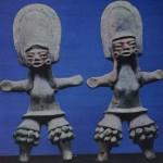 """Zwei Statuetten von """"Tänzerinnen"""" mit Kopfputz und Beinschmuck. Spuren einer ehemaligen roten, gelben und weißlichen Bemalung. Fundort Tlatilco, Hochtal von Mexiko. Vorklassische Periode. Etwa 1300-700 v. d. Z. Höhe: 16,5 und 15,8 cm. Privatsammlung Mexiko D.F."""