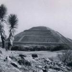 """Die """"Sonnenpyramide"""" von Teotihuacan. Ihre Seitenlänge beträgt 220 m, die Höhe etwa 65 m. Der Bau¬beginn lag nach neueren Forschungen zwischen dem ersten und dritten Jahrhundert. Frühe klassische Periode. Frühe Teotihuacan-Kultur. Etwa 100-400 n. d. Z.  81 Blick von der """"Sonnenpyramide"""" von Teotihuacan auf die """"Mondpyramide"""", die vermutlich zum gleichen Zeitpunkt entstanden ist. Frühe Teotihuacan-Kultur. Etwa 100-400 n. d. Z. Höhe: etwa 45 m."""