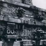 """Westfront (Ausschnitt) des sogenannten """"Quetzalcoatl-Tempels"""" mit plastisch hervortretenden Schlangen¬häuptern. Dazwischen Fruchtbarkeitssymbole sowie stilisierte Masken des Regengotts. Der Baubeginn lag ver¬mutlich im 7. Jahrhundert. Klassische Periode. Theotihuacan-Kultur. Etwa 400-800 n. d. Z."""