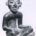 Sitzende, kompakte Tonfigur, repräsentiert vermutlich den alten Feuergott. Haselnußbraun bemalt. Fundort unbekannt. Klassische Periode. Teotihuacan-Kultur, Hochtal von Mexiko. Etwa 200-800 n. d. Z. Höhe: 15 cm. Museo Nacional de Antropologia, Mexiko D.F.