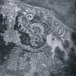 Wandmalerei in einem kultischen Gebäude, zeigt einen mit Opfergaben schreitenden Priester im Prunk¬gewand. Ochsblutfarbener Untergrund. Malerei in diversen Rot, Hellblau, Grün-gelb und Grün. Tepantitla, Teotihuacan. Klassische Periode. Teotihuacan-Kultur. Etwa 6.-8. Jahrhundert.