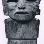 Stehende stark stilisierte Figur aus abgeplattetem dunkelgrünem und hellgrünem Gestein. Augen- und Mundpartie waren ursprünglich mit anderen Materialien eingelegt. Fundort unbekannt. Klassische Periode. Teotihuacan-Kultur. Etwa 5.-8. Jahrhundert. Höhe: 23 cm. Museum für Völkerkunde, Wien.