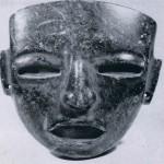 Drei Masken aus Stein. Vermutlich sind sie von hohen Würdenträgern als Pektorale getragen worden. Es gehört zu den Merkwürdigkeiten der archäologischen Forschung, daß bisher keine dieser typischen Teotihuacan-Masken in situ gefunden wurden. Augen und Zähne waren ursprünglich mit Obsidian, Perlmutt und anderen Muschelteilen inkrustiert. Herkunft: Hochtal von Mexiko. Klassische Periode: Teotihuacan-Kultur. Etwa 400-800 n. d.Z. Höhe a: 18 cm. Höhe b: 12,5 cm. Höhe c: 16 cm. Museum für Völkerkunde, Wien.