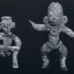 Sitzende (und stehende) Figur aus kompaktem Ton mit Spuren von weißlicher Bemalung. Herkunft: Hochtal von Mexiko, (vorklassische) und klassische Periode. Höhe: 7,2 cm (9,5 cm) Sammlung Stendahl, Los Angeles, USA.