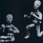 """""""Tänzer"""" aus kompaktem Ton. Der Kopf ist mit der Model geformt, während der Körper in starker Verein¬fachung frei modelliert wurde. Fundort: Teotihuacan. Klassische Periode. Teotihuacan-Kultur. Etwa 400 bis 800 n. d. Z. Höhe: 8,2 und 12,3 cm. Privatsammlung Buenos Aires."""