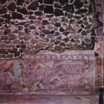 Fresko, einen Priester in Jaguarbekleidung auf dem Weg zum Tempel zeigend. Tetitla, Teotihuacan. Klassische Periode der Teotihuacan-Kultur. Etwa 6.-8. Jahrhundert. Höhe der Figur etwa 70 cm.