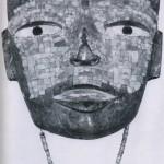 Maske aus grünem Stein mit Mosaikeinlagen aus Türkisen und Muschelschmelz. Das Halsband ist aus rosa Muschelteilen gefertigt. Herkunft: angeblich Guerrero. Klassische Periode. Teotihuacan-Kultur. Etwa 500 bis 800 n. d. Z. Höhe: 22,6 cm. Museo Nacional de Antropologia, Mexiko D.F.