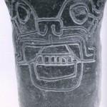 Becher aus schwärzlichem Ton mit eingeritztem Jaguarkopf als Dekor. Herkunft: Hochtal von Oaxaca. Vorklassische Zeit (Monte Alban I). Etwa 500-200 v. d. Z. Höhe: 17 cm. Museo Frissell de Arte Zapoteco, Mitla, Oaxaca