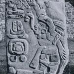 Stele eines sprechenden Priesters mit zapotekischen Kalender- und Ortshieroglyphen. Die Schriftzeichen der Zapoteken konnten noch nicht entschlüsselt werden. Standplatz: Monte Alban, in der Nähe der südlichen Plattform. Klassische Periode. Zapotekische Kultur (Monte Alban III b). Etwa 5. bis 8. Jahrhundert. Höhe: 161 cm. Monte Alban, Oaxaca