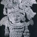 Bild-Urne, sie zeigt eine reich gekleidete menschliche Figur. In der prächtigen Kopfbedeckung erkennt man das Motiv eines Vogelkopfes sowie hieroglyphenartige Zeichen. Graubrauner Ton. Fundort unbekannt, vermutlich Hochtal von Oaxaca. Klassische Periode. Zapotekische Kultur (Monte Alban III). Etwa 500-800 n.d.Z. Höhe: 39 cm. Museum für Völkerkunde, Wien
