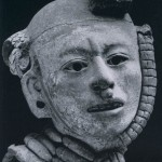 Kopffragment aus hellem Ton. Fundort: Ejutla, Oaxaca. Klassische Periode. Zapotekische Kultur (Monte Alban III). Etwa 500-800 n. d. Z. Höhe: 27cm. Sammlung H. Leigh, Mitla, Oaxaca