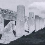 Halle der Monolithsäulen im Palast von Mitla. Die aus einem Stein gehauenen Säulen sind eine Errungen¬schaft der nachklassischen Zeit und gehen auf toltekische Anregungen zurück. Nachklassische Periode. Zapotekisch-mixtekische Mischkultur. 1200-1522. Mitla, Oaxaca