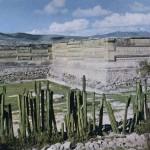 Der Palast von Mitla. Dieser kultische Platz weist Stilelemente derZapoteken wie derMixteken auf. Die histo¬rischen Quellen aber hüllen sich in Schweigen, obwohl die Stätte bis zur Ankunft der Spanier noch bewohnt war. Nach klassische Zeit. Zapotekisch-mixtekische Mischkultur. Erbaut etwa zwischen dem 12. und 15. Jahrhundert. Mitla, Oaxaca