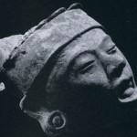 Kopf-Fragment, frei modelliert, aus hellem Ton. Fundort unbekannt. Kultur der mittleren Golfküste, Tajin- Kultur. Etwa 1000-1500. Höhe: etwa 12 cm. Sammlung Stendahl, Los Angeles, USA.