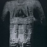 Vorder- und Rückseite einer Steinskulptur. Nach Herbert Spinden wird die Apotheose Quetzalcoatls dargestellt. Fundort San Vincente Tancuayaiab (San Luis Potosf). Huaxtekische Kultur. Mittlere Golfküste, Etwa 1200-1450. Höhe: 156 cm. Brooklin Museum New York, USA