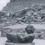 """Sogenannte """"Chacmool""""-Figur. Der willkürlich gewählte Name hat sich für diesen Typ von liegenden Figuren in der Archäologie eingebürgert. Welche Gottheit sie darstellen ist unbekannt. Der abgebildete """"Chacmool"""" befindet sich in Tula (Tollan), Hidalgo. Nachklassische Zeit. Toltekische Kultur. 900-1168. Höhe: etwa 80 cm. Tula, Hidalgo."""