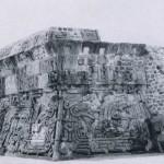 Detail und Gesamtansicht des verkleideten Frieses, der die Seiten der Pyramidenplattform von Xochicalco umzieht. Der gewundene Leib der Federschlange ist ausgefüllt mit sitzenden Priestern, die stilistisch an Darstellungen der Maya-Kultur erinnern. Nachklassische Zeit. Toltekische Kultur? Etwa 800-1200. Xochicalco, Morelos.