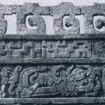 """Friese aus gebranntem Ton an den Wänden von Tula. Die sogenannte """"Schlangenmauer des Quetzalcoatl-Tempels"""" zeigt tote Krieger, das gebrannte Tonrelief einer Sitzbank stellt Krieger mit Wurfhölzern unter dem gewundenen Leib einer Feuerschlange dar, Spuren von gelber, roter und blauer Bemalung. Nachklassi¬sche Zeit. Toltekische Kultur. 900-1168. Länge der Totenfiguren 120 cm, Höhe der Sitzbank etwa 60 cm. Tula, Hidalgo."""