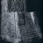 """Modell des """"Sonnentempels"""" von Tenochtitlan (a). Das Relief auf der Rückseite (b) zeigt einen Adler auf einem Kaktus sitzend, der eine Schlange im Schnabel hält. Nach der Prophezeiung der Götter sollten die Azteken sich dort niederlassen, wo sie dieses Motiv erblicken würden. Das Bild wurde zum Wappen der heutigen Republik der Vereinigten Staaten von Mexiko. Basalt-Stein. Fundort: Tenochtitlan (Mexiko-Stadt). Nachklassische Zeit. Aztekische Kultur. Etwa 1450-1521. Höhe: 124 cm, Breite: 88 cm. Museo Nacional de Antropologia, Mexiko D.F."""