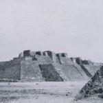"""Die Pyramide von Tepanzolco in der Nähe von Cuernavaca. Die historischen Quellen über diese Kultstätte sind nicht sehr aufschlußreich. Der Name bedeutet etwa """"verlassene Tempel"""". Besetzt war Tepanzolco vom Nahua-Stamm der Tlahuica. Unter Acamapichtli (1375-1395) verloren die Tlahuica ihre Unabhängigkeit und wurden von den Azteken zu Tribut verpflichtet. Nachklassische Periode. Aztekische Kultur. 1350-1521. Tepanzolco, Morelos."""