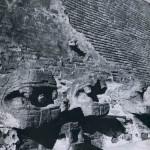 Detail an der Pyramide von Tenayuca, 10 km vom Zentrum der heutigen Hauptstadt entfernt. Das Bau¬werk wurde mindestens fünfmal umgebaut und vergrößert. Die gegenwärtige Form dürfte 1502 entstanden sein. Ein Band von gemauerten Schlangenleibern aus Bruchsteinen umzieht auf drei Seiten den Pyramiden¬ sockel, während die vierte Seite für die Treppenfluchten offen blieb. Nachklassische Zeit. Aztekische Kultur 1502. Tenayuca, Mexiko D.F.