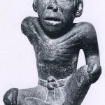 Skulptur eines Hockenden. Der mit einem Lendenschurz Bekleidete repräsentiert einen Angehörigen der niederen Klassen. Fundort unbekannt. Aztekischer Stil. Etwa 1450-1521. Höhe: 33 cm. Museo Nacional de Antropologia, Mexiko D.F.
