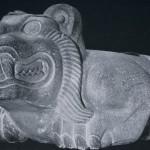 Monumentale Opferblutschale (Cuauhxicalli = Adlerschale) in Form eines Jaguars. Im Relief der inneren Vertiefung sind Todesgötter dargestellt. Basalt. Fundort: Tenochtitlan, Mexiko D.F. Aztekische Kultur. Etwa 1480-1521. Länge: 225 cm, Höhe: 120 cm, Breite: 93 cm Museo Nacional de Antropologia, Mexiko D.F.