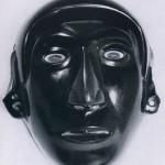 Obsidian-Maske. Augen und Mundpartie waren ursprünglich mit andersfarbigem Material inkrustiert. Herkunft: Hochtal von Mexiko. Aztekische Kultur. Etwa 1470-1521. Höhe: 18 cm. Museo Nacional de Antropologia, Mexiko D.F.